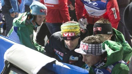 BILDEBEVISET: Det norske laget fikk se hvilken avsats Anders Bardal satte utfor fra i den første omgangen. (Foto: Bendiksby, Terje)