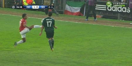 Nani fikk rødt kort for denne situasjonen med Arbeloa. (Foto: VIASAT FOTBALL)