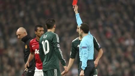 UTVIST: Nani fikk det røde kortet for å ha plassert knottene i magen på Alvaro Arbeloa. Meget strengt av den tyrkiske dommeren. (Foto: Jon Super/Ap)