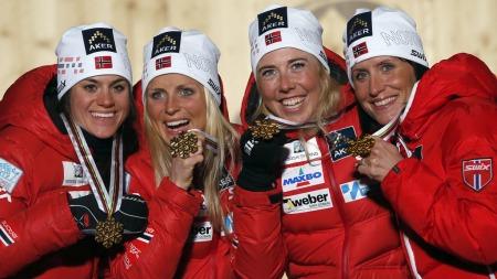TOK GULL PÅ STAFETTEN: Heidi Weng, Therese Johaug, Kristin Størmer   Steira og Marit Bjørgen vant stafetten i VM i Val di Fiemme. (Foto: Matthias   Schrader, ©MS AP)