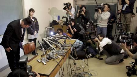 Sjef for de japanske judokvinnene, Ryuji Sonoda, bukker foran pressekorpset etter at han har trukket seg fra stillingen etter anklager om mishandling av utøverne. (Foto: Shizuo Kambayashi/Ap)