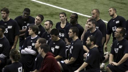 ENSOM SVALE: Lauren Silberman med de 36 mennene hun konkurrerte med om NFL-kontrakt (Foto: Mel Evans/Ap)