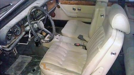 En bil som ikke er i orden i utgangspunktet blir ikke bedre av å lagres i et garasjeanlegg uten frontrute. Her er det nok å gjøre - men så er det også en sjeldne sjanse til å få tak i en av 530 produserte Camargue´r. (Foto: eBay.com)