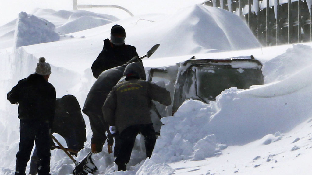 GRAVES FREM: Politi graver frem bilen til Kazuyo Miyashita, som sammen med sine tre barn døde som følger av snøværet i helgen. ( ©TT**TOK**)