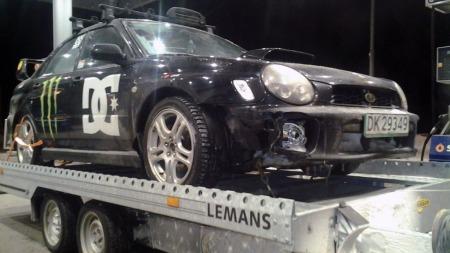 WRXen på hengeren igjen, klar for den siste etappen til verkstedet i Førde. Da skulle man tro at det ikke kunne skje mer - men det ble den siste kjøreturen for Steffens Subaru Forester. (Foto: Privat)