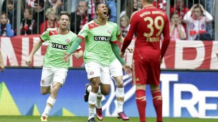 NORSK JUBEL: Mathis Bolly jubler etter å ha gitt Düsseldorf ledelsen mot Bayern München. (Foto: Matthias Schrader/Ap)