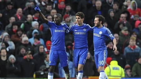 GLADE GUTTER: Ramires feirer med Oscar og Juan Mata etter å ha utlignet på Old Trafford. (Foto: Martin Rickett/Pa Photos)