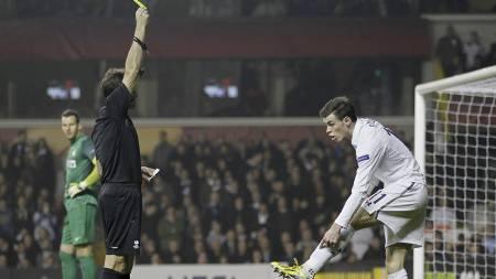 GULT KORT: Gareth Bale fikk det gule kortet for filming. (Foto: IAN KINGTON/Afp)