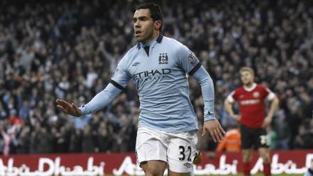 DIRIGENT: Carlos TEvez var fus i alt da Manchester City møtte Barnsley. (Foto: Jon Super/Ap)
