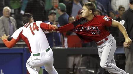 Canadas Jay Johnson og mexicos Eduardo Arredondo i slåsskamp. (Foto: Matt York/Ap)