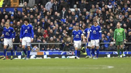 DEPPET: Evertons spillere depper etter å ha sluppet inn kampens første mål. Verre skulle det bli. (Foto: Mike Egerton/Pa Photos)