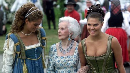 Prinsesse Lilian var grandtante til de svenske prisessene. Her er de i 2001 sammen i forbindelse med med feiringen av det svenske kongeparets sølvbryllup. (Foto: Lise Åserud / SCANPIX)