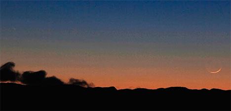 Den tynne månesigden nede til høyre, og kometen oppe til venstre. (Foto: Hans-Dieter Fleger)