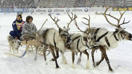 KLASSISK SEIERSRUNDE: Martin Fourcade fikk kjøre æresrunde i en slede bak reinsdyr i Russland. (Foto: NATALIA KOLESNIKOVA/Afp)