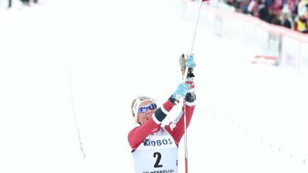 FLAGGET TIL TOPPS: Therese Johaug krysset mållinjen med det norske flagget. (Foto: Solum, Stian Lysberg/NTB scanpix)