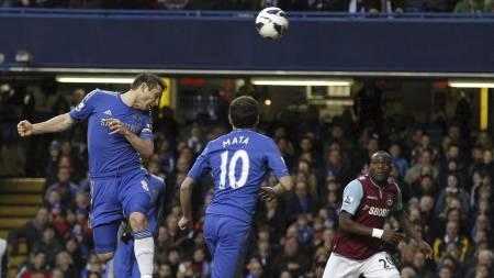 FLOTT HODESTØT: Lampard viste at han kan score mål også med hodet da han hang i luften og stanget inn Hazards innlegg. (Foto: Sang Tan/Ap)