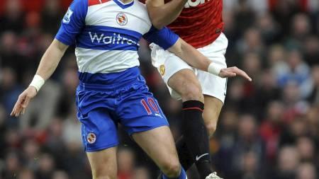 RUVET I LUFTEN: Nemanja Vidic ryddet opp det meste i stor stil og bidro til at Manchester United holdt nullen på Old Trafford. (Foto: Nigel French/Pa Photos)