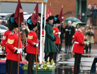 Kate hadde kledd seg i grønt for anledningen. De fulgte paraden fra et podium, før de gikk rundt for å gi trekløver (legg merke til at soldaten til høyre i bildet står klar med disse) til soldatene. (Foto: SCANPIX)