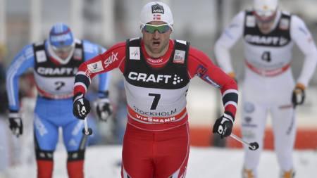 TIL TOPPS: Petter Northug vant verdenscupen denne sesongen, men må nå belage seg på en kneoperasjon. (Foto: Anders Wiklund/Ap)