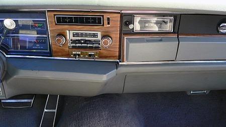 Passasjer-airbagen sitter i den ekstra kne-polstringen under dashboardet på denne bilen, som dermed beholder vanlig hanskerom. Eksempelvis Cadillac mistet det vanlige hanskerommet, og fikk et nytt, ekstra hanskerom på midten i stedet. (Foto: eBay.com)