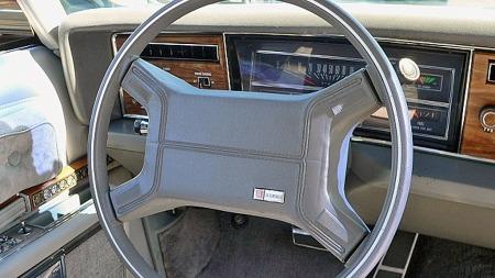 Man pakket ikke så stramt den gang som nå, og dermed ble rattputene på de airbag-utstyrte GM-bilene ganske store og tette. Klassisk, liggende speedometer hjalp til med å minimere de siktmessige ulempene. (Foto: eBay.com)