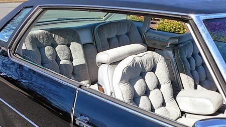 Av en eller annen grunn ble ikke airbag levert på stasjonsvogner eller åpne biler. Oldsmobilen er dog en av de siste årgangene med klassisk firedørs hardtop-karosseri, så litt friluftsfølelse kan man likevel oppnå i den staselige bilen. (Foto: eBay.com)