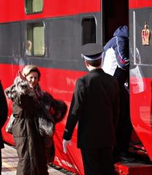 PÅSKEKLAR: Dronning Sonja vinker farvel i det hun drar til fjells. (Foto: Anette Karlsen)
