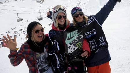 Sølvvinner Sina Candrian, gullvinner Silje Norendal og bronsevinner Kjersti Buaas etter slopestylefinalen i X Games Europa. (Foto: JEAN PIERRE CLATOT/Afp)