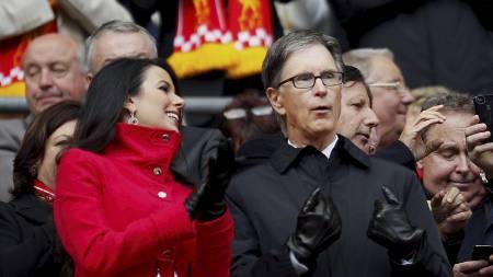 MED KONA PÅ KAMP: Liverpool-eier John Henry på FA-cupfinalen   2012. (Foto: IAN KINGTON/Afp)