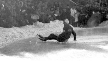 OSLO 19560211 VM på skøyter. Skøyteløper Hjalmar Andersen Hjallis faller under avskjedsløpet på Bislett. Det var en trist måte å ta farvel med Bislett-publikum, men en kan ikke være på toppen bestandig. Han ble nr 3 sammenlagt. (Foto: Scanpix/NTB scanpix)