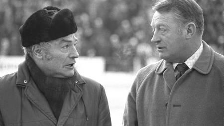 EM på skøyter Bislett 1976. Tidligere skøyteløpere Sverre Farstad (t.v.) og Hjalmar Andersen Hjallis var tilskuerer under EM på skøyter. Pelslue. (Foto: Jensen, Oddvar Walle/NTB scanpix)