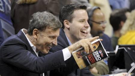 FAR OG SØNN: Stan og Josh Kroenke ser på en basketkamp mellom   Denver Nuggets og San Antonio Spurs. (Foto: Jack Dempsey/Ap)