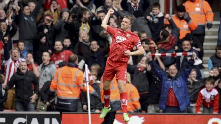 HØYTSVEVENDE:   Rickie Lambert etter frisparket som ga Southampton 2-1 (Foto: PHILIP   BROWN/Reuters)