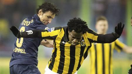 ETTERTRAKTET: Wilfried Bony (t.h.) har scoret mål på rekke og   rad for Vitesse Arnheim denne sesongen. Her i duell med Mark van Bommel.   (Foto: OLAF KRAAK/Afp)