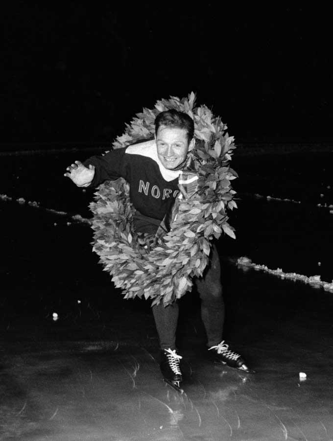 OSLO 1954: NM på skøyter på Bislett. Hjamar Andersen går æresrunde med laurbærkransen. (Foto: NTB / Scanpix)