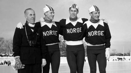 VM i JAPAN 1554: Her det norske laget samlet på isen i Sapporo iført de norske landslagsdraktene. Laget besto av  fra v: Ivar Martinsen, Roald Aas, og Hjalmar Andersen Hjallis. Sistnevnte ble beste nordmann,  nr. 6 sammenlagt. (Foto: Scanpix/NTB scanpix)