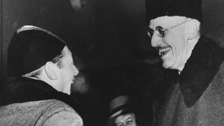 EM i OSLO 1951: Hjallis møtte kong Haakon VII etter at han vant 10.000 meter under dramatiske omstendigheter. Han ble blendet av en blitzlampe og falt. Hjallis tatt ut av løpet, for senere å få gå om igjen. (Foto: Holm, Knut Edvard/NTB scanpix)