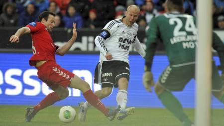 MÅLGIVENDE: Mikael Dorsin sender ballen til Mikkel Diskerud i forkant av Rosenborgs andre mål. (Foto: Alley, Ned/NTB scanpix)