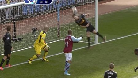 REDDET PÅ STREKEN: Steven Gerrard kan ikke bare score mål - han kan redde også.