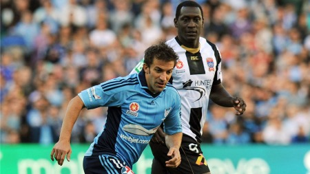 DUELL: Emile Heskey (Newcastle Jets) og Alessandro Del Piero (Sydney United)
