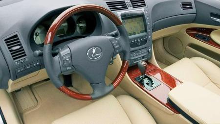 Interiøret i GS er umiskjennelig Lexus - traust og tradisjonelt, med mye treverk.