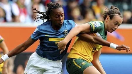 TIL CHELSEA: Den brasilianske midtbanespilleren Ester (t.v.) skal spille for Chelsea. (Foto: PATRIK STOLLARZ/Afp)