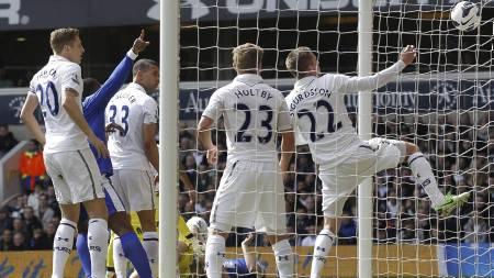 UTLIGNET: Phil Jagielka satte inn 1-1 for Everton mot Spurs. (Foto: IAN KINGTON/Afp)