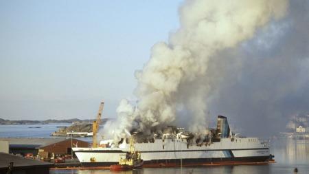 FLERE BRANNER: Ekspertgruppa mener å endelig kunne dokumentere at flere av brannene ble startet etter at mannskap og passasjerer var evakuert fra skipet, og mange timer etter den første brannen som tok livet av 159 personer. (Foto: NTB Scanpix)