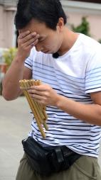 Vihn i Amazing Race spiller panfløyte (Foto: Sandra Mei Ling Noer/TV 2)