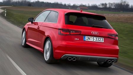 Audi S3 er ganske diskret utenpå  - men bak skallet skjuler det seg en kompetent liten sportsbil.