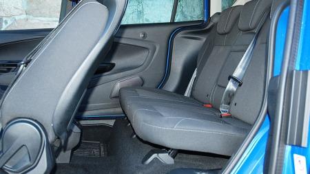 Tynn sittepute i baksetet. Selve puta er også veldig flat og gir fint lite støtte. Men plassen er helt godkjent.