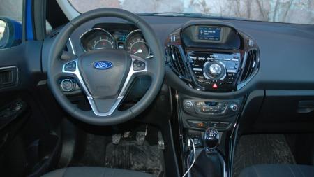Mer eller mindre slik ser det ut i alle nye Forder for tiden. Også i B-Max er det mange knapper og mange forskjellige materialer.
