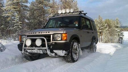 Land Rover Discovery 2 er kanskje ikke verdens mest driftssikre bil - men terrengkjøring er den god på! Og så egner den seg svært godt til å dra personbiler opp av grøfta med (Foto: Privat)