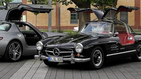 Den opprinnelige Mercedes 300 SL, og nykommeren SLS som har tatt opp tråden med måkevingedørene. (Foto: M 93/Wikipedia Commons)